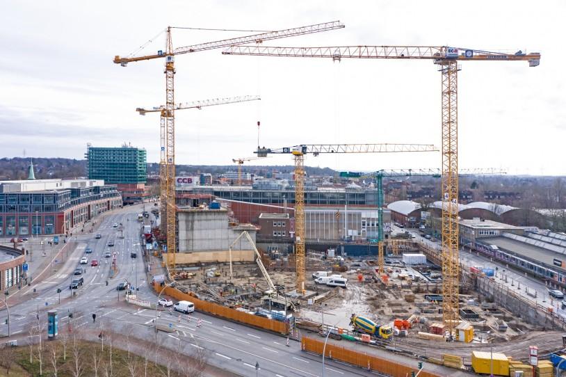 Blick von Westen auf die Baugrube mit den Kränen 4, 5, und 6 im Vordergrund
